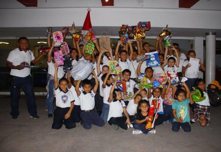 Niños de primero a sexto grado de primaria de la escuela Santiago Meneses se unieron a la campaña de grupo SIPSE de donación de juguetes para niños y niñas en condiciones de pobreza. (Milenio Novedades)