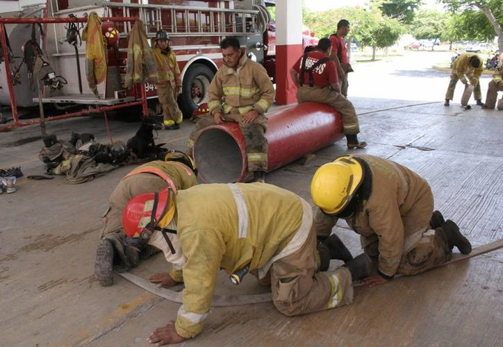 Bomberos capacitan a la población en emergencias. (Redacción/SIPSE)