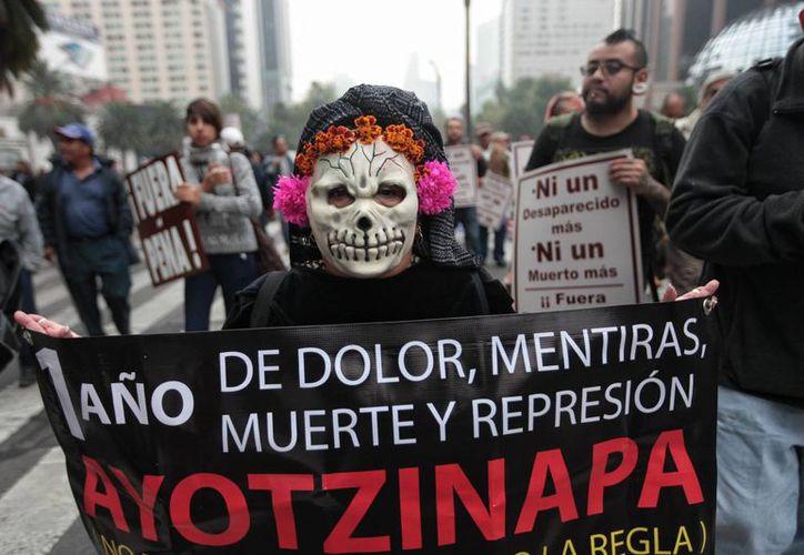 Familiares, estudiantes y simpatizantes de los 43 estudiantes desaparecidos de Ayotzinapa protestan en Ciudad de México. (Archivo/EFE)