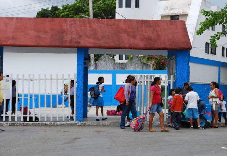 Derechos Humanos sugiere que los menores que no sean recogidos a la hora de la salida por sus padres, sean enviados al DIF a través de la policía municipal. (Tomás Álvarez/SIPSE)