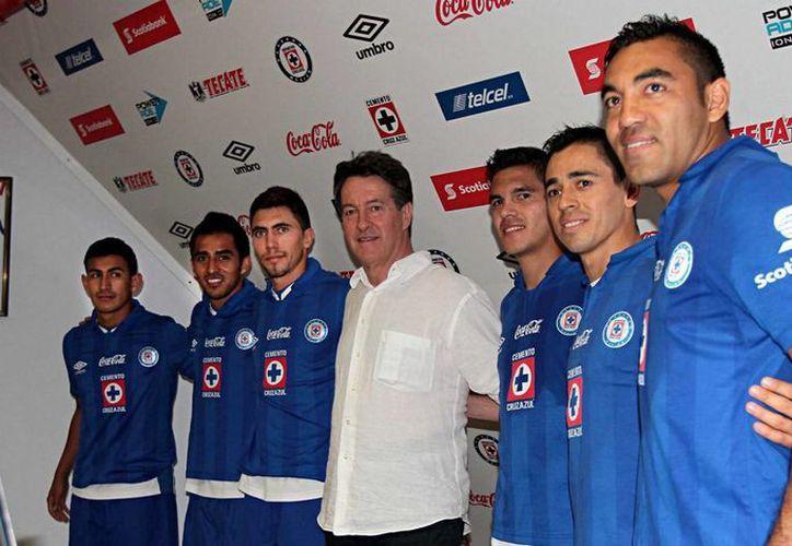 Marco Fabián (d) con los otros refuerzos de Cruz Azul para esta temporada: José Villarreal, Rafael Baca, Michel Farfán, Xavier Báez y Fausto Pinto. (Notimex)