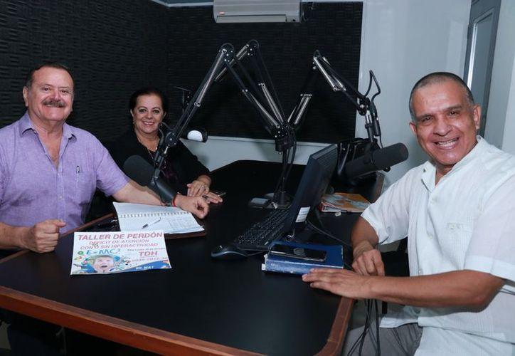 Jorge Barrera y Esperanza Nieto, con su invitado, el Dr. Miguel Ángel Tlacatelpa. (Jorge Acosta/ Milenio Novedades)