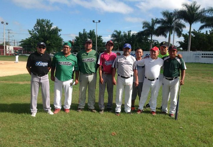 El pasado 28 de noviembre se realizó una intensa jornada en el torneo magisterial de softbol en diferentes campos de la ciudad de Mérida. En la foto, integrantes del equipo Enlace Magisterial después del partido.(SIPSE)