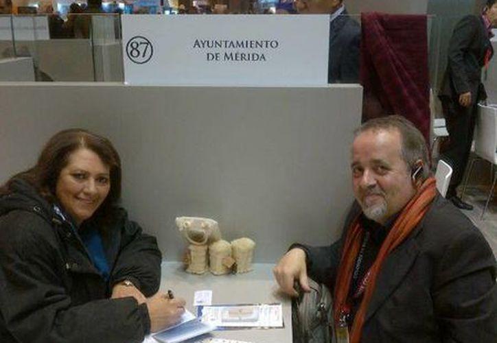 La subdirectora de Turismo de Mérida, Petite Lizarraga, con Luis Gómez, de Masamérica Tour Operadora, en las mesas de negocios de la Fitur de Madrid, España. (SIPSE)