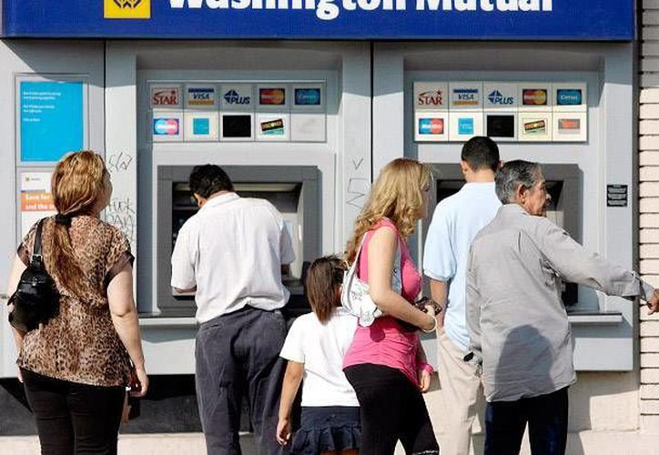 MasterCard y Visa son acusados de coludirse con importantes bancos para cobros ilegales en cajeros automáticos. (Archivo/AP)