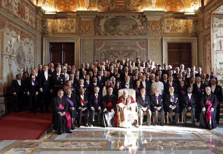 El Papa Benedicto XVI posa para una foto con los embajadores extranjeros ante la Santa Sede, al final de una audiencia en el Vaticano. (Agencias)
