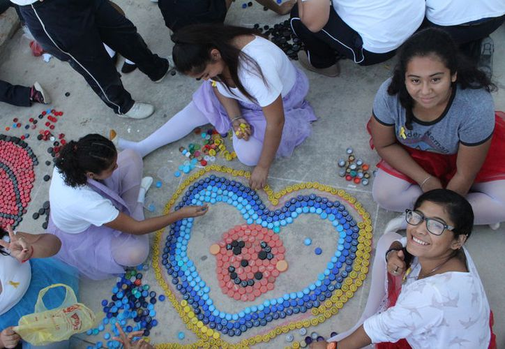 Ayer se realizó el 'Tapatón' evento en el cual se recolectaron aproximadamente 15 mil tapas de diferentes tamaños. (Daniel Tejada/SIPSE)