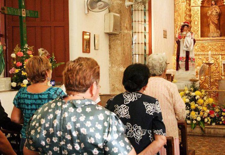 Apegados a la tradición, cientos de fieles visitan a la Candelaria. (Milenio Novedades)