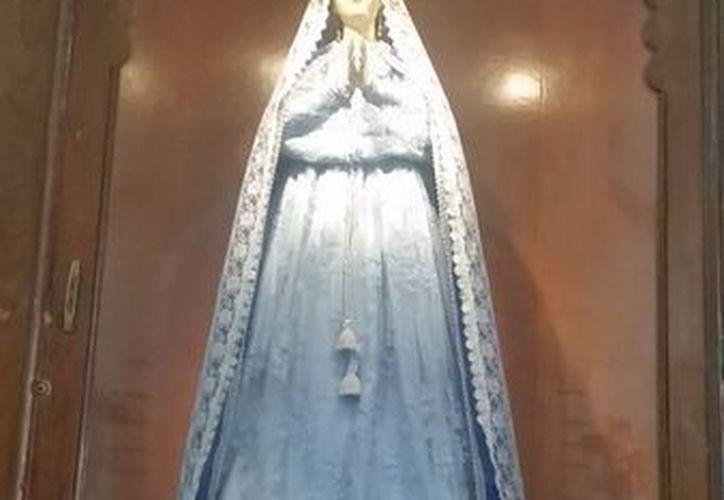 La vestimenta de la Virgen de Tabí se cambia cada semana. Los pobladores consideran que es muy milagrosa. (Sergio Grosjean/SIPSE)