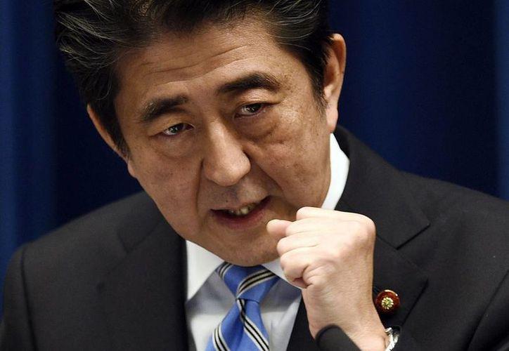El primer ministro japonés Shinzo Abe cuando anunció las elecciones anticipadas y la disolución de la Cámara Baja el pasado 18 de noviembre de 2014 en su residencia oficial en Tokio. (EFE/Archivo)