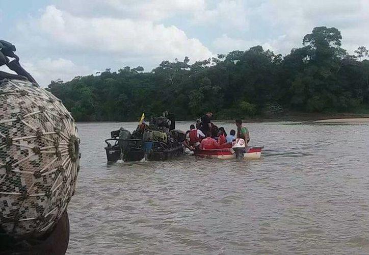 Los infantes de la Marina colombiana pusieron a salvo a 16 náufragos en un caudaloso río del sur del país. (Armada Nacional de Colombia)