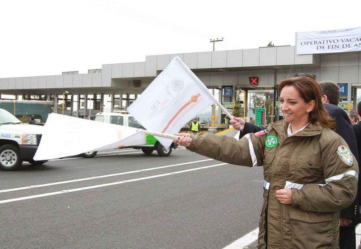 Claudia Ruiz Massieu encabezó el banderazo de inicio del Operativo de Fin de Año 2012, en la caseta de cobro de la carretera México-Cuernavaca. (Notimex)