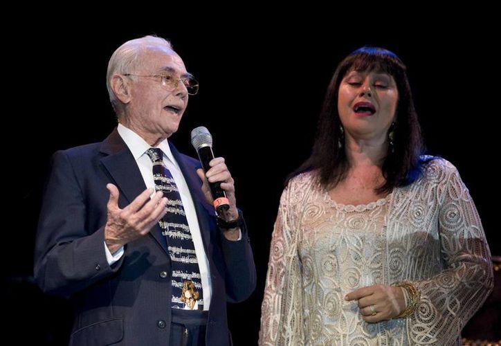 José Ángel Espinoza 'Ferrusquilla' y su hija, la primera actriz, Angélica Aragón, durante una presentación. El cantautor falleció a la edad de 95 años. (Imagen tomada de sinaloaenlinea.com)