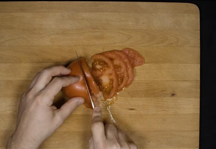 En el video se hace burla de los tutoriales y recetas de internet 'mal hechos' (Captura de pantalla/YouTube)