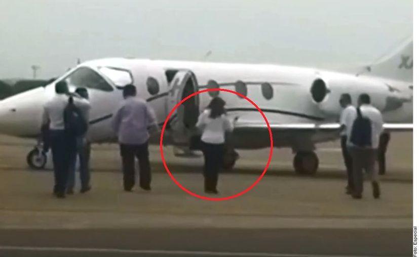 La líder de Morena fue captada cuando se subía a la aeronave. (Foto: Reforma)