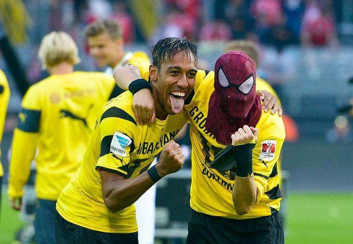 Pierre-Emerick Aubameyang y Kevin Grosskreutz (con máscara del Hombre Araña) celebran el triunfo de su equipo, el Borussia Dortmund, sobre su archirrival Bayern Munich en la Supercopa de Alemania. (AP)