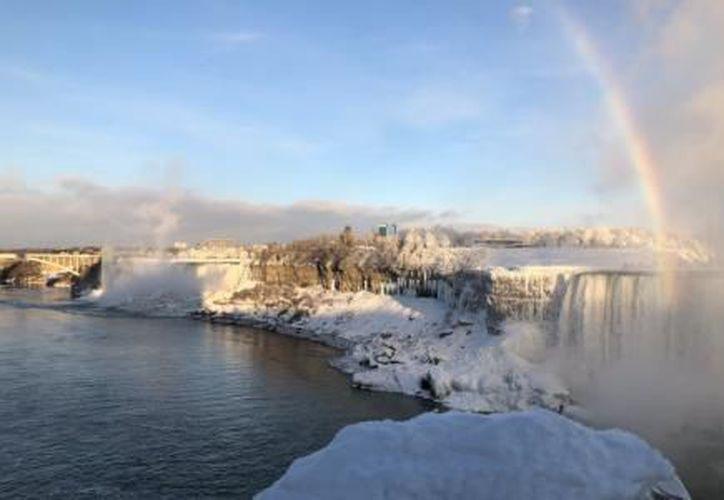 Las Cataratas del Niágara, se congelaron por las bajas temperaturas que se registran en los dos países. (El Financiero)