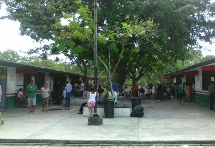 En la escuela Cuitláhuac de la región 510 se atrasó la apertura de casillas. (Alejandro García/SIPSE)