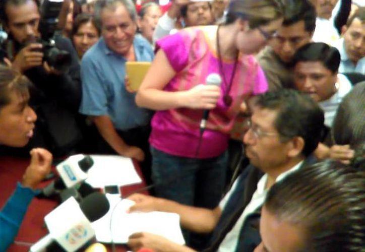 El párroco fue interceptado en plena rueda de prensa por decenas de personas que no dejaron de gritarle 'violador' y 'traidor'. (Captura de pantalla)