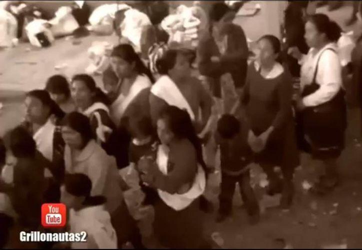 En el video de YouTube se observa a decenas de personas esperando recibir una de las despensas que repartió el Cártel del Golfo en Tampico, Tamaulipas. (Captura de pantalla)