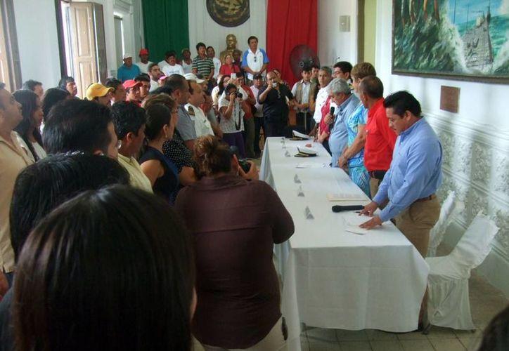 El alcalde José Cortés encabezó la ceremonia de la toma de protesta de los comités náuticos y pesqueros. (Milenio Novedades)
