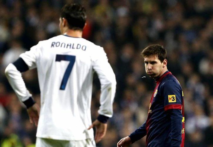 Messi (de frente) y Cristiano Ronaldo siguen siendo considerados de los mejores futbolistas del Mundo. (EFE)