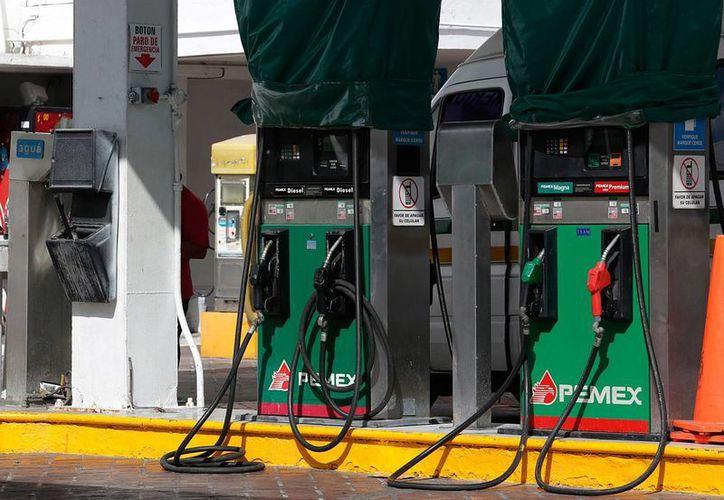 De acuerdo con las disposiciones legales, los precios de los combustibles deben darse a conocer antes del día 30 de cada mes. (Archivo/Notimex)