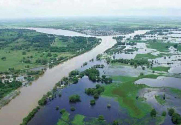La carretera federal Teapa- Villahermosa que se encuentra incomunicada por una extensa inundación. Un hombre murió al ser arrastrado por la corriente. (Notimex)