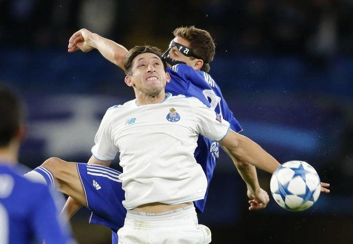 Héctor Herrera participó 71 minutos en la derrota del Porto ante el Chelsea de Inglaterra, quien ganó 2-0 con goles del español Iván Marcano y el brasileño Willian Borges. (AP)