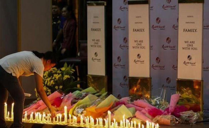 Luego del incendio provocado por el ataque, se encontraron más de 30 cuerpos sin vida dentro del hotel Resorts World Manila, de Filipinas. (El País)