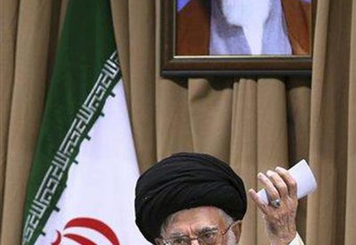En esta foto difundida por un cibersitio oficial se ve al líder supremo iraní hablando a altos funcionaarios bajo un retrato del fundador de la revolución iraní ayatola Ruhola Jomeini. (Agencias)