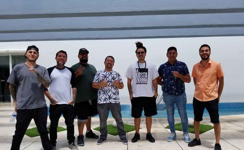 Los integrantes de la banda visitaron las instalaciones de Novedades. (Jocelyn Díaz/SIPSE)