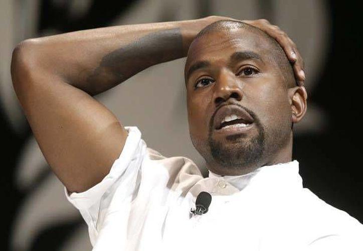 Kanye West reveló que tiene una deuda personal de 53 millones de dólares y necesita dinero, por lo que Pizza Hut aprovechó para bromear un poco con su situación. (Archivo de AP)