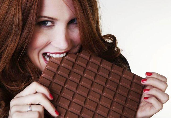 Los especialistas recomiendan no consumir productos con azúcar, grasa o sal en exceso, aunque sean productos light. (Milenio Novedades)