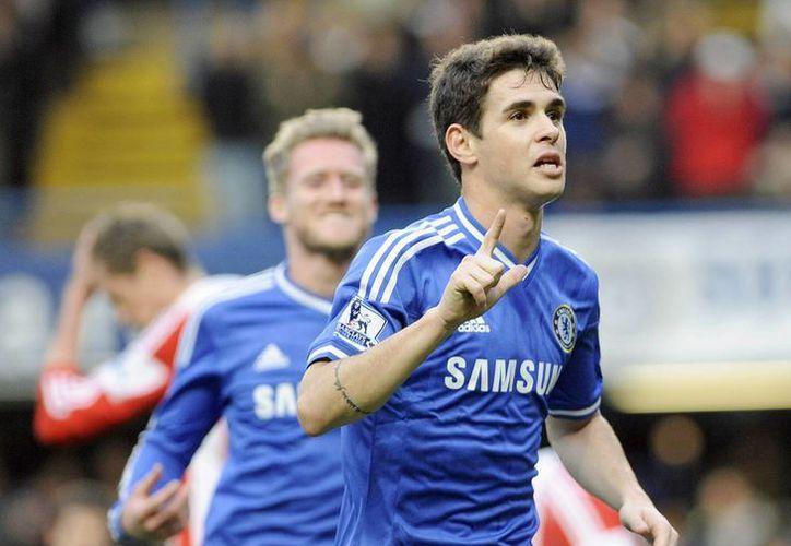 El jugador del Chelsea Oscar (d) celebra un gol durante el partido de la FA Cup que ha medido a Chelsea y Stoke en Stamford Bridge, Londres. (EFE)