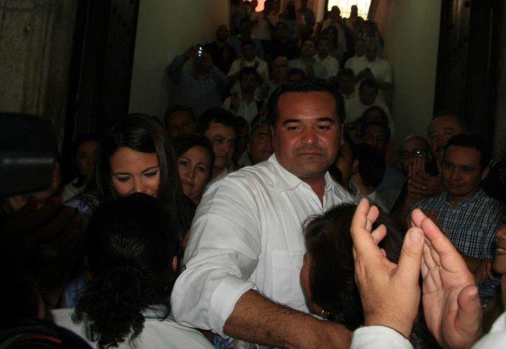 Imagen de la salida de Renán Barrera Concha del Ayuntamiento de Mérida acompañado de su esposa, amigos y empleados que se despidieron del edil. (José Acosta/SIPSE)