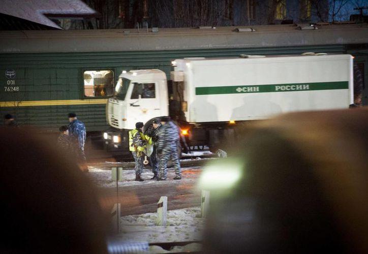 Los detenidos fueron transportados en un vehículo especial de la prisión hasta la estación de ferrocarril en Murmansk. (Agencias)