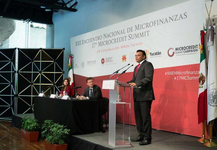 El gobernador Rolando Zapata Bello destacó las cualidades de Yucatán en materia de emprendimiento durante la inauguración de la 17ª Cumbre del Microcrédito en Mérida. (Milenio Novedades)