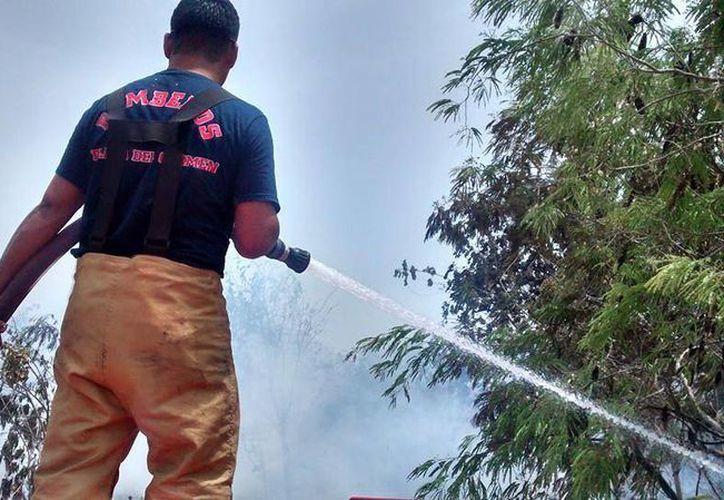 El miércoles se registró y combatió el octavo incendio urbano en Playa del Carmen. (Daniel Pacheco/SIPSE)