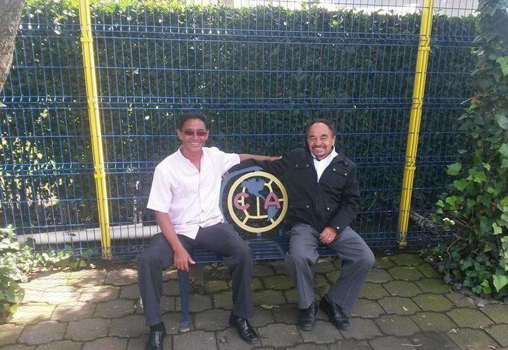 El entrenador Pedro Baez y Jesús Vélez, propietario de la escuela cancunense de las Águilas del América. (Redacción/SIPSE)