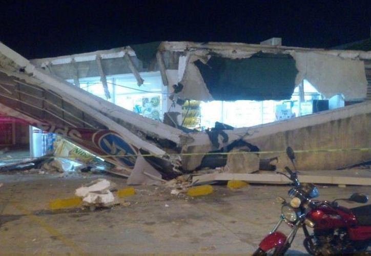 Parte del techo exterior de la farmacia Yza se desplomo. (Redacción/ SIPSE)