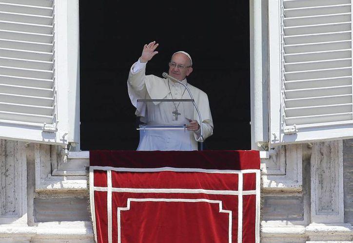 Francisco volvió a alzar la voz durante la bendición dominical con el Angelus, ante miles de personas congregadas en la Plaza de San Pedro. (AP)