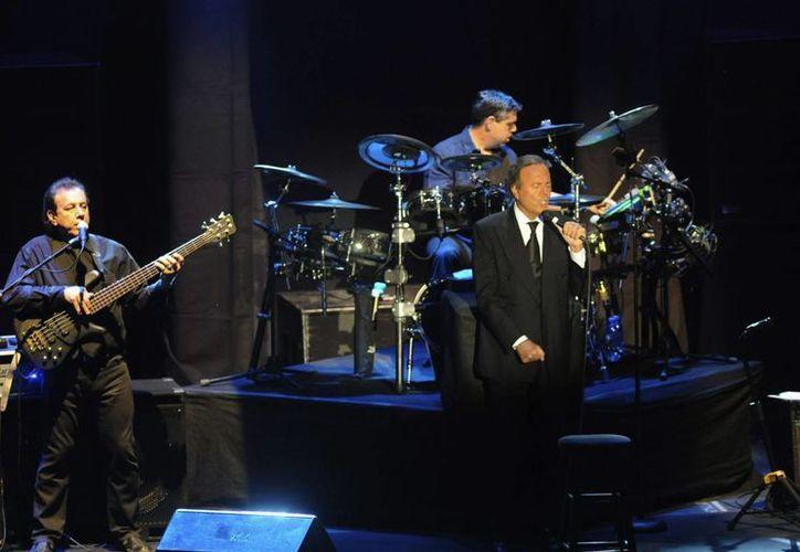 El cantante Julio Iglesias se presentó en el American Airlines Arena de Miami como parte de su gira mundia. (EFE/Archivo)