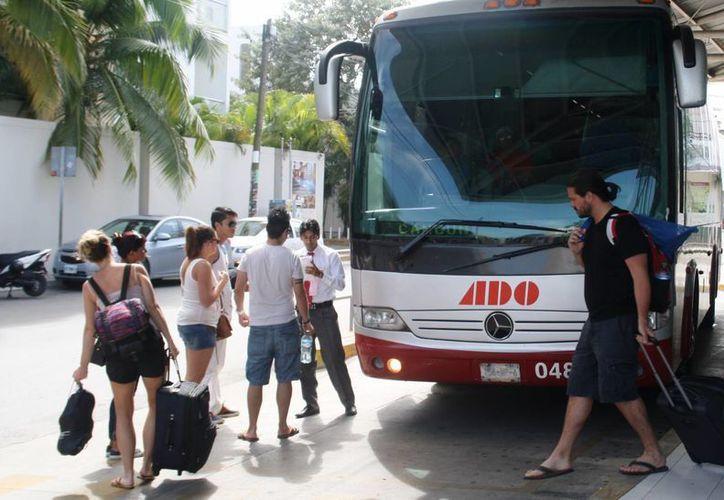 Los descuentos se repartieron según el cupo de cada línea de autobuses, también se otorgaron a maestros y adultos mayores. (Octavio Martínez/SIPSE)