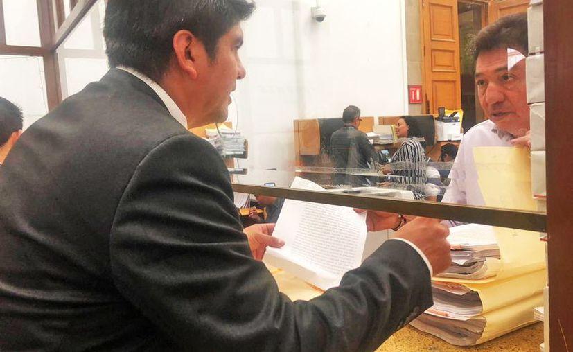 Mauricio Tappan, en la entrega de la documentación. (Novedades Yucatán)