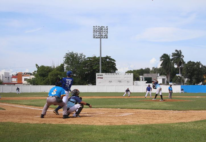 Cosme Magaña, de los Potrillos, recibirá el trofeo al mejor pitcher de la temporada, y Jesús Morales, de Eloteros, como el mejor bateador. (Miguel Maldonado/SIPSE)