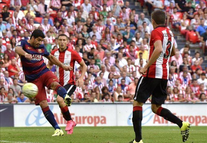 El nueve blaugrana, Luis Suárez, consiguió el primer gol de su equipo en el partido ante el Athletic Club en el arranque de la Liga de las Estrellas, disputado en San Mamés. (EFE)