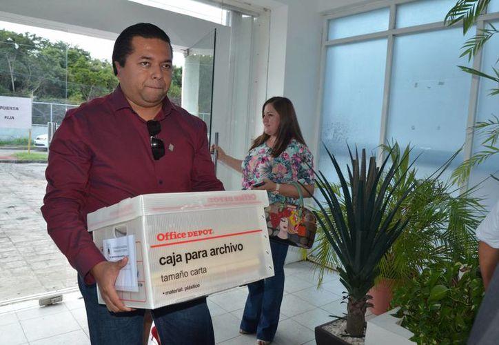 Diputado entregó media docena de cajas con documentación sobre la subcontratación de aeronaves para el exgobernador. (Foto: Eddy Bonilla/SIPSE)