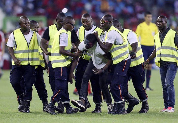 Fuerzas de seguridad en un estadio de Guinea Ecuatorial, sede la Copa Africana que está por concluir y que Marruecos rechazó organizar, lo que le ha acarreado una fuerte multa y exclusión. (Foto: AP)
