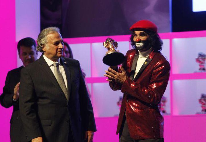 Miguel Torruco Marqués, secretario de turismo del CDMX, fue quien entregó el reconocimiento a Ricardo González, mejor conocido como 'Cepillín'. (Notimex)